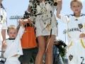 Что одевает на футбол Виктория Бекхэм? Фото девушек футболистов.